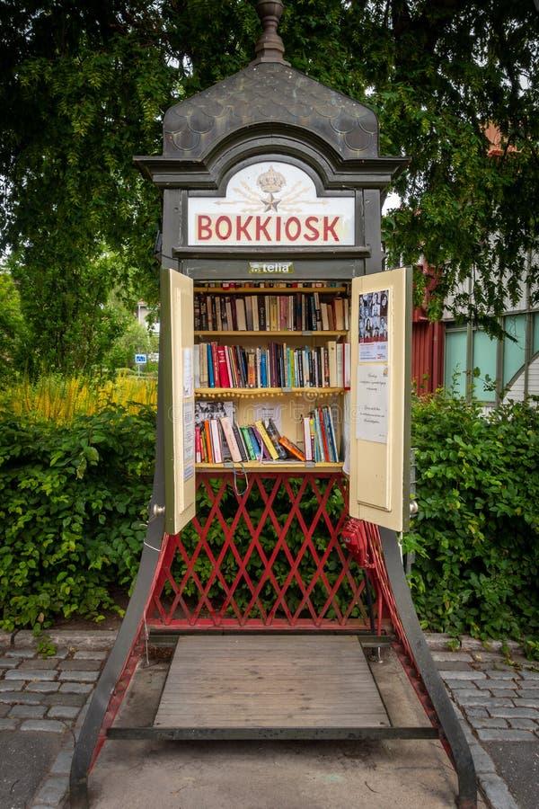 Het vooraanzicht van een staal uitstekende traditionele telefooncel maakte in een kleine openbare bibliotheek in Stockholm Zweden stock fotografie
