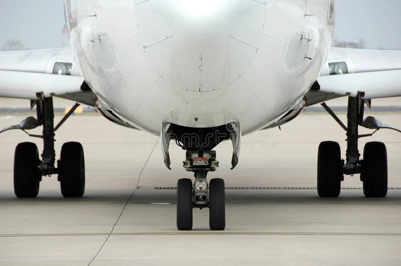 Het vooraanzicht van het vliegtuig bij de lucht stock afbeeldingen