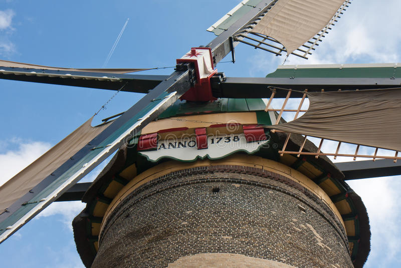 Het vooraanzicht vormt een traditionele Nederlandse windmolen stock foto's