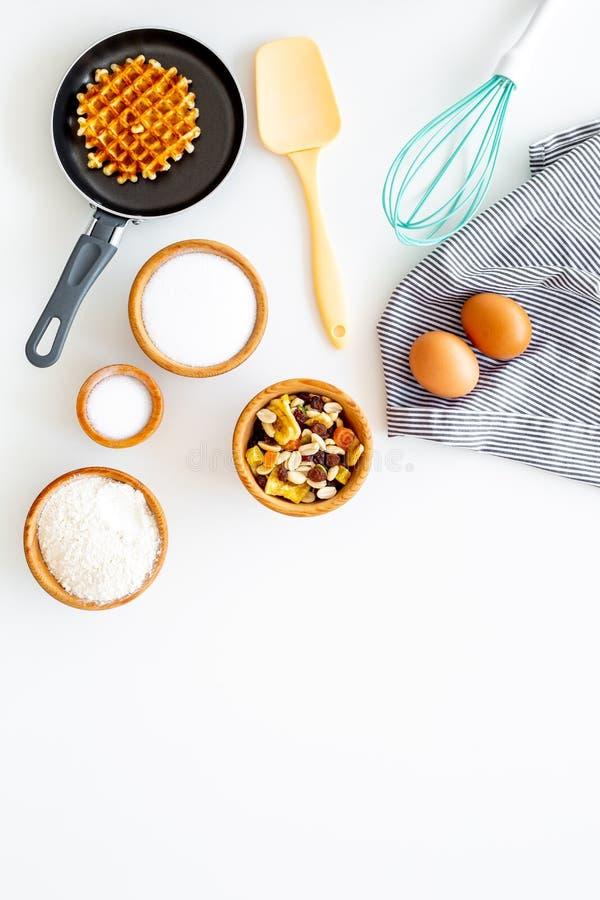 Het voorbereiden van Belgische wafels De wafel op pan zwaait dichtbij voor het ranselen en ingrdients Eieren, bloem, suiker, drog stock foto's