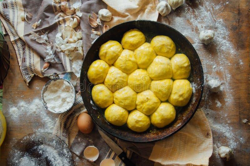 Het voorbereiden van broodjesbrood Rustieke stijl Ingrediënten voor eigengemaakte br stock foto's