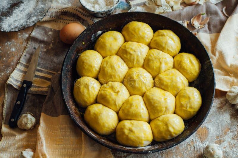 Het voorbereiden van broodjesbrood Rustieke stijl Ingrediënten voor eigengemaakte br stock foto
