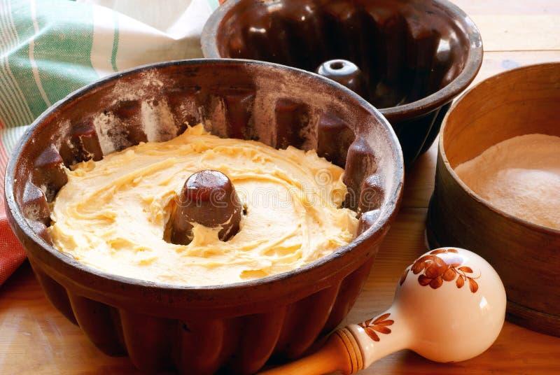 Het voorbereiden van de cake van Pasen (baba) stock afbeelding