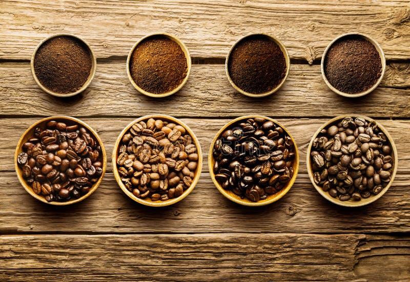 Het voorbereiden van de verse te brouwen bonen van de braadstukkoffie stock foto's