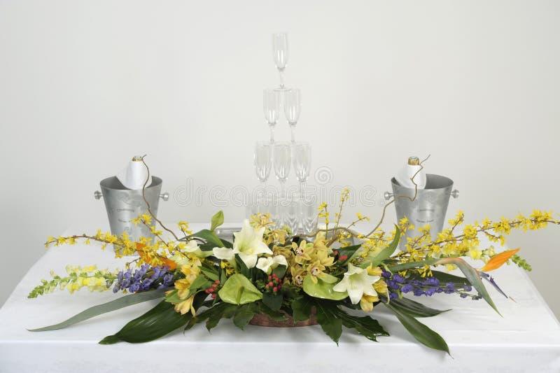 Het voorbereiden van een bloemdecoratie voor een buffet royalty-vrije stock afbeelding