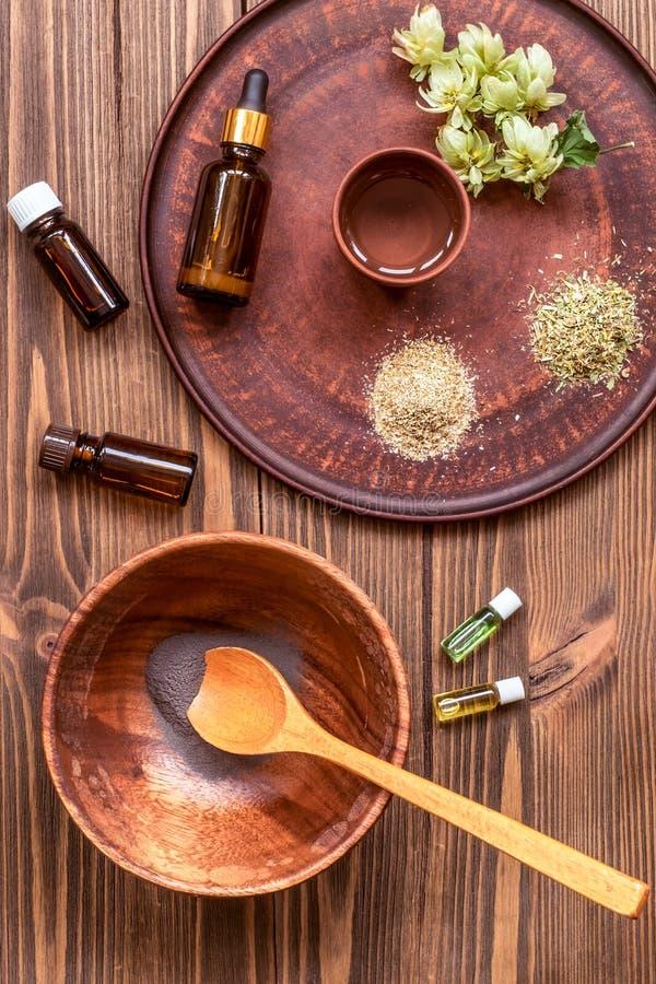 Het voorbereiden van eigengemaakt masker met klei Heel wat ingrediënten voor huis maakten schoonheidsmiddelen op achtergrond stock foto