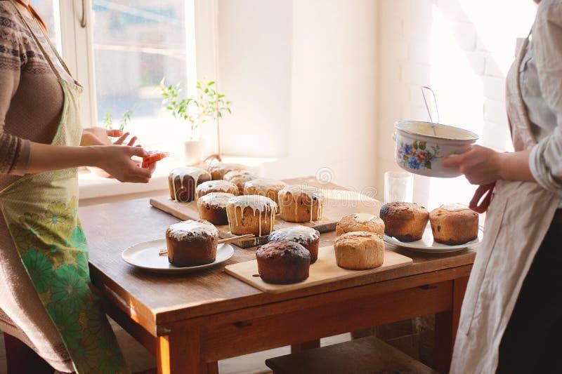 Het voorbereiden van eigengemaakte Pasen-cake kulich royalty-vrije stock fotografie
