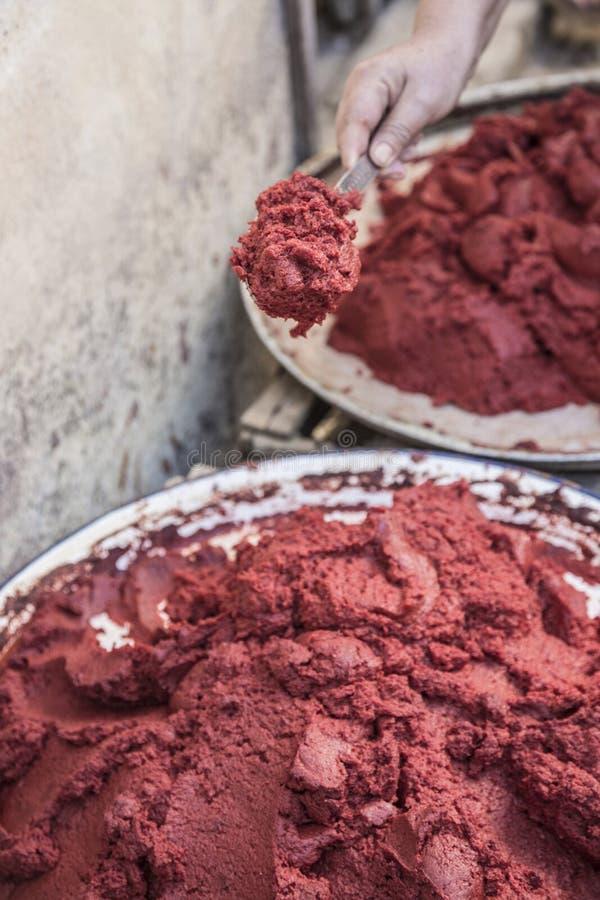 Het voorbereiden van eigengemaakte tomatenpuree in Turkije royalty-vrije stock fotografie