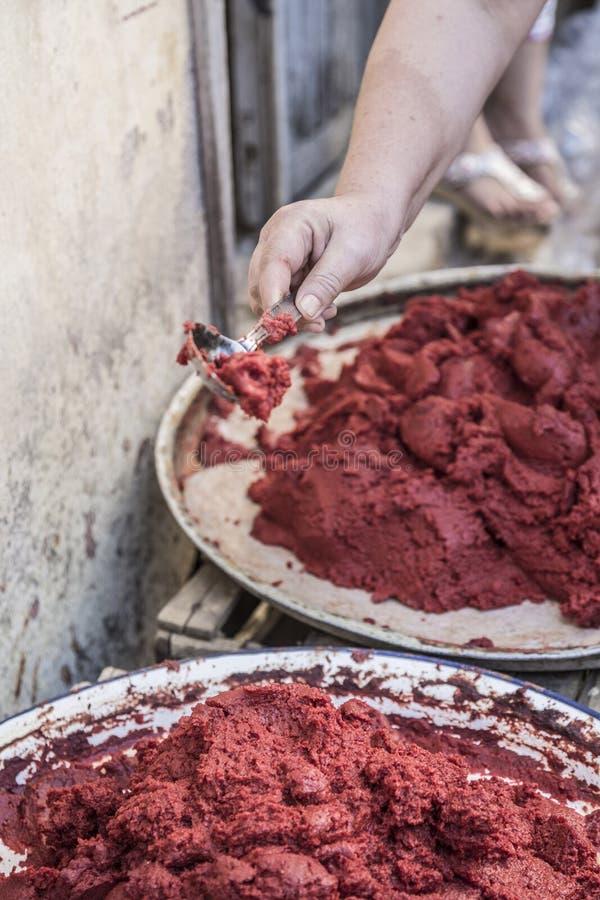 Het voorbereiden van eigengemaakte tomatenpuree in Turkije stock fotografie