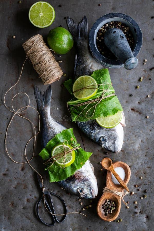 Het voorbereiden van gehele vissen met zout en peper royalty-vrije stock fotografie