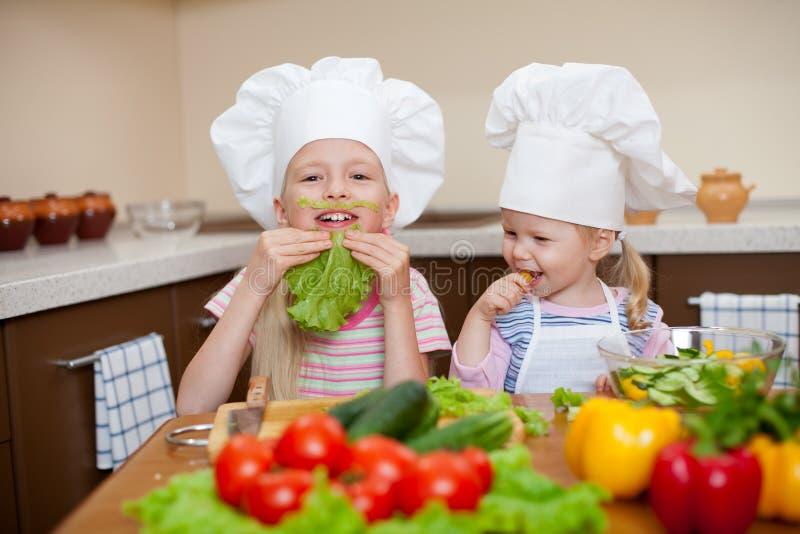 Het voorbereiden van gezond voedsel op keuken stock afbeeldingen