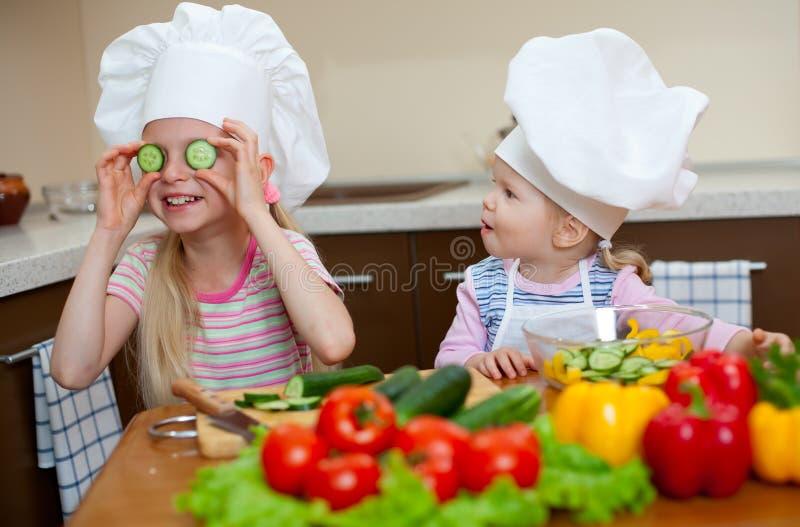 Het voorbereiden van gezond voedsel op keuken royalty-vrije stock fotografie