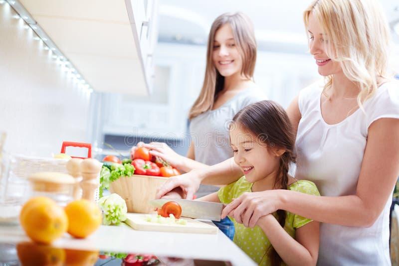 Het voorbereiden van gezonde salade royalty-vrije stock afbeelding