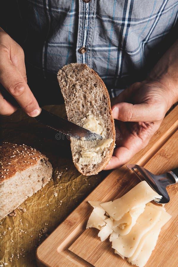 Het voorbereiden van gezonde vegetarische bruschettas op rustieke houten lijst Hoogste mening die over mannelijke handen zachte k stock fotografie