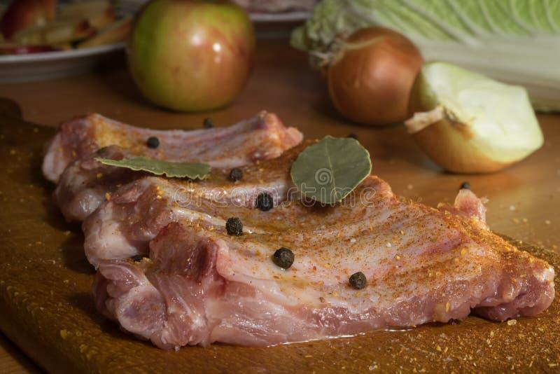 Het voorbereiden van heerlijke varkensvleesribben royalty-vrije stock fotografie