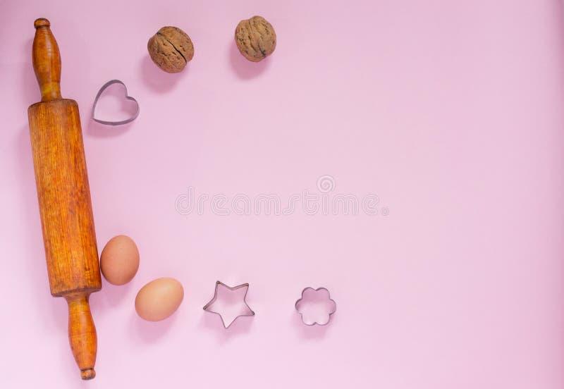 Het voorbereiden van koekjes met okkernoten Recept voor het koken gingerbreadnuts Deegrol, okkernoten, de snijders van het metaal royalty-vrije stock foto