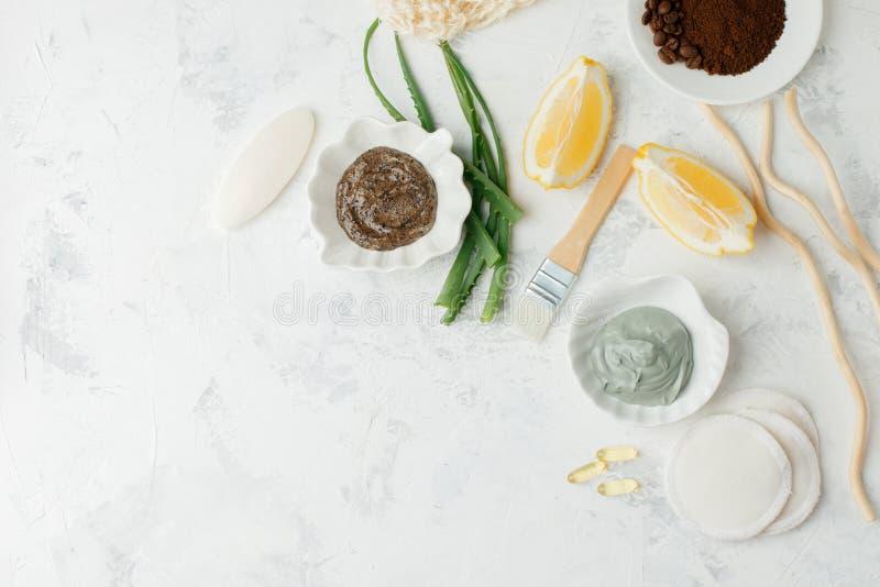 Het voorbereiden van kosmetisch vulkanisch kleimasker met citrusvruchtencitroen en kosmetische olie op lichtgrijze achtergrond, c stock foto