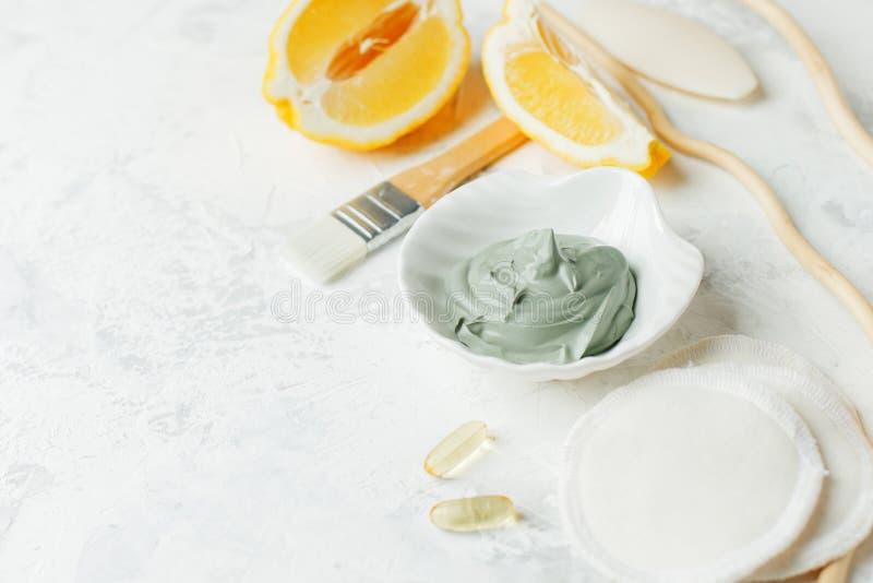 Het voorbereiden van kosmetisch vulkanisch kleimasker met citrusvruchtencitroen en kosmetische olie op lichtgrijze achtergrond, c royalty-vrije stock foto's