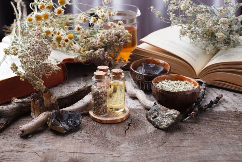 Het voorbereiden van kosmetisch zwart moddermasker in ceramische kom op uitstekende houten achtergrond Vooraanzicht van gezichtsk stock foto