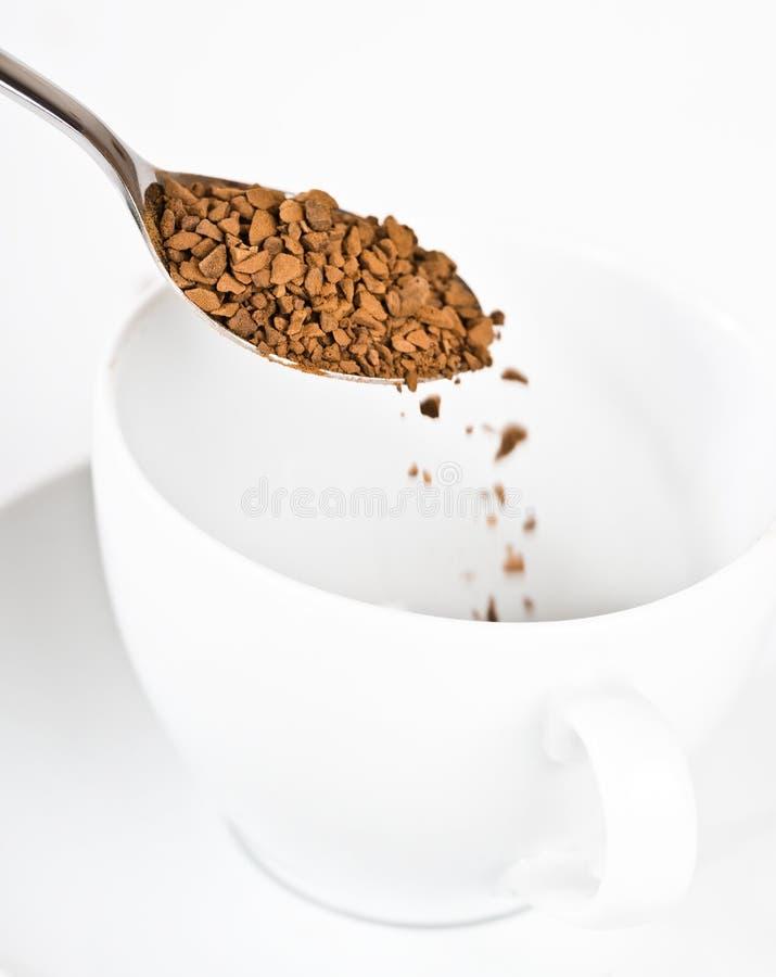 Het voorbereiden van onmiddellijke koffie stock foto