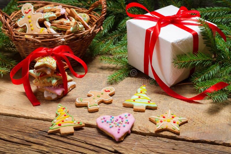 Het voorbereiden van peperkoekkoekjes als gift stock fotografie