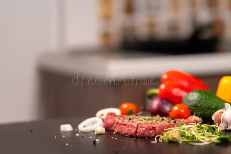 Het voorbereiden van ruw lapje vlees voor het roosteren in een keuken royalty-vrije stock foto