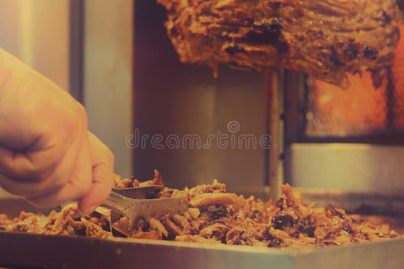 Het voorbereiden van het scherpe vlees van Shawarma stock afbeelding