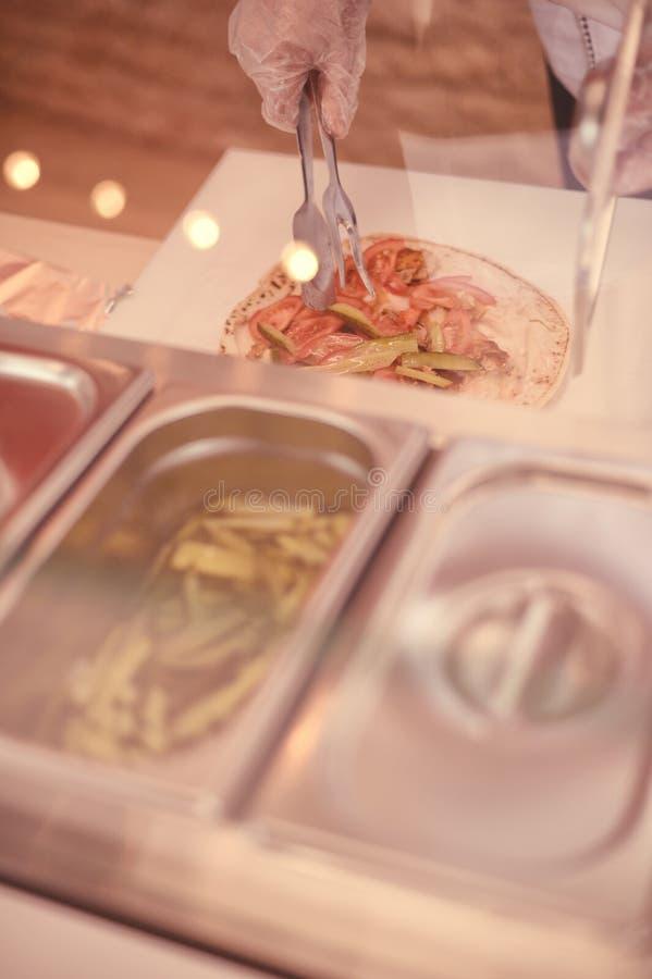 Het voorbereiden van shawarma royalty-vrije stock foto's