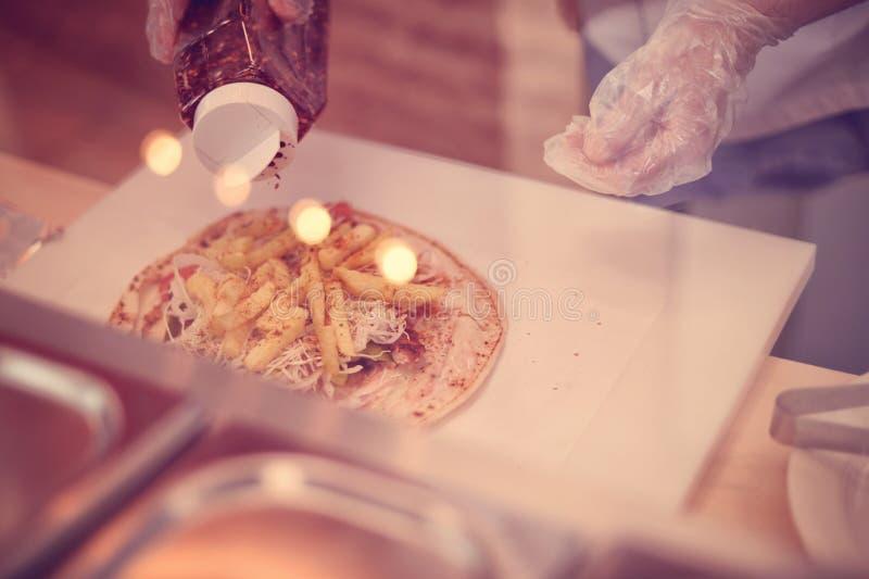 Het voorbereiden van shawarma stock fotografie