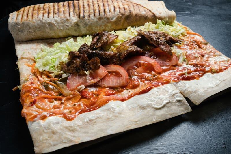 Het voorbereiden van snelle voedsel van de shawarma het traditionele keuken royalty-vrije stock afbeeldingen