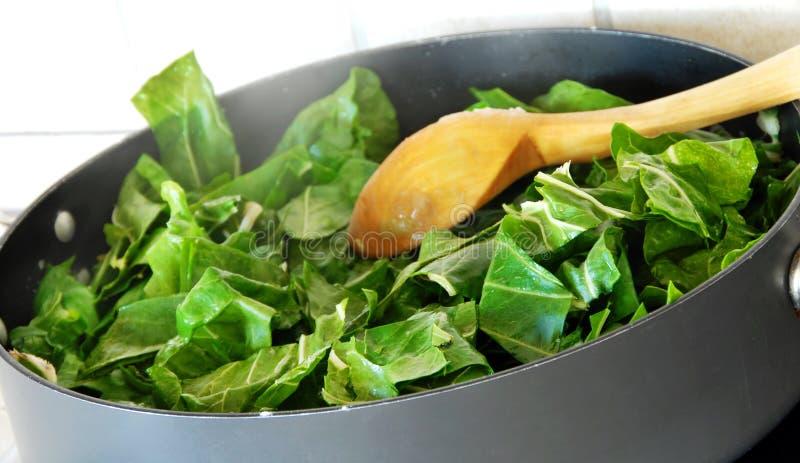 Het voorbereiden van spinazie stock foto