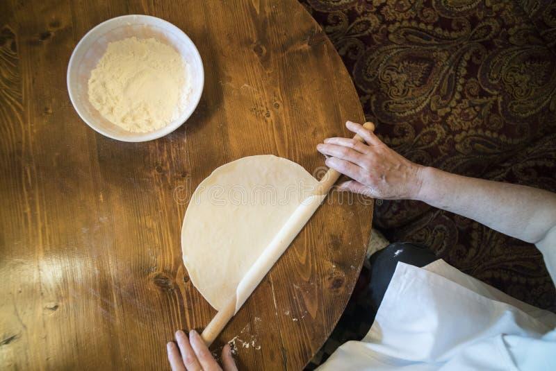 Het voorbereiden van Tatar pastei stock foto