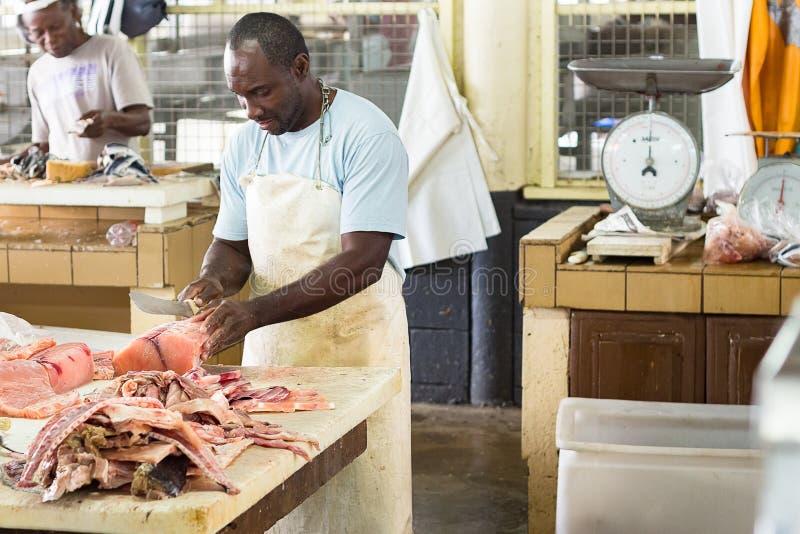 Het voorbereiden van verse zalmvissen voor verkoop bij het Bridgetown-Vissenteken stock fotografie