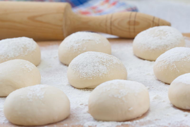 Het voorbereiden van voedsel Deeg voor het koken van gebakjes wordt gemaakt dat stock foto's