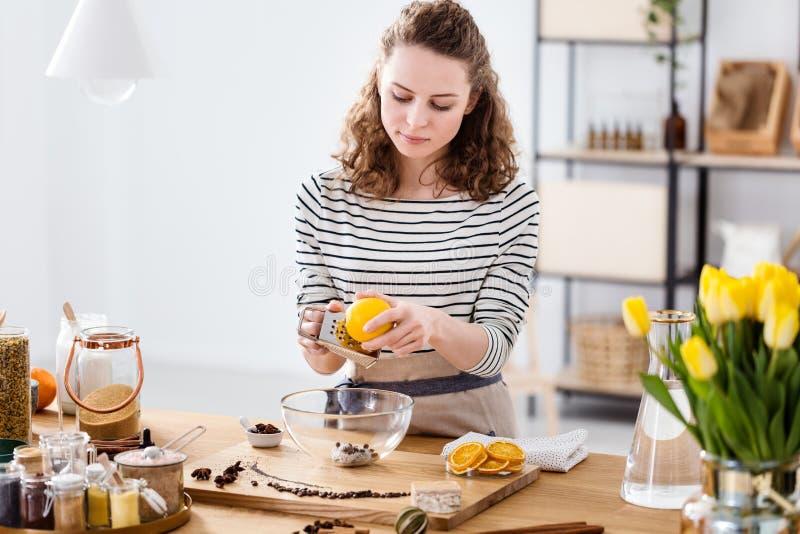 Het voorbereiden van zeep van natuurlijke ingrediënten stock foto's