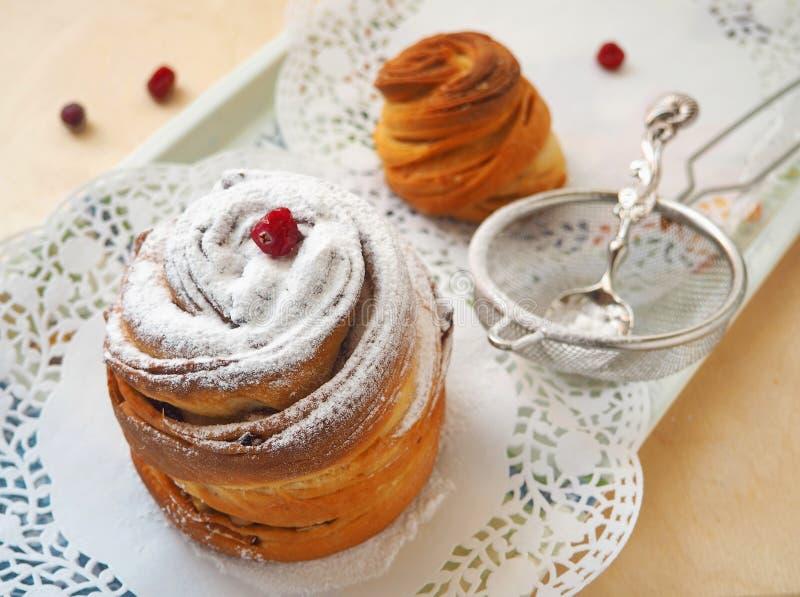 Het voorbereiden van zoete cake, muffin of cruffin Eigengemaakt dessert Selectieve nadruk op de voorzijde royalty-vrije stock afbeeldingen