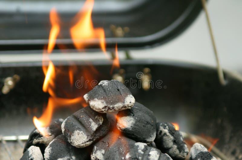 Het voorbereidingen treffen aan grill stock foto