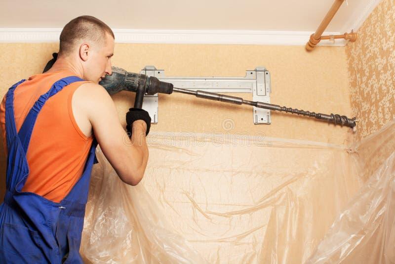 Het voorbereidingen treffen om nieuwe airconditioner te installeren royalty-vrije stock afbeeldingen