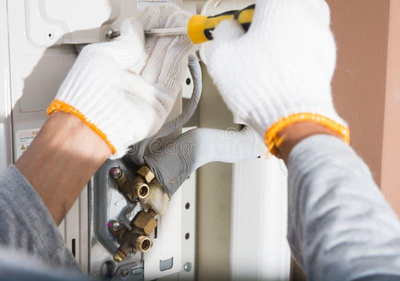 Het voorbereidingen treffen om nieuwe airconditioner te installeren royalty-vrije stock foto