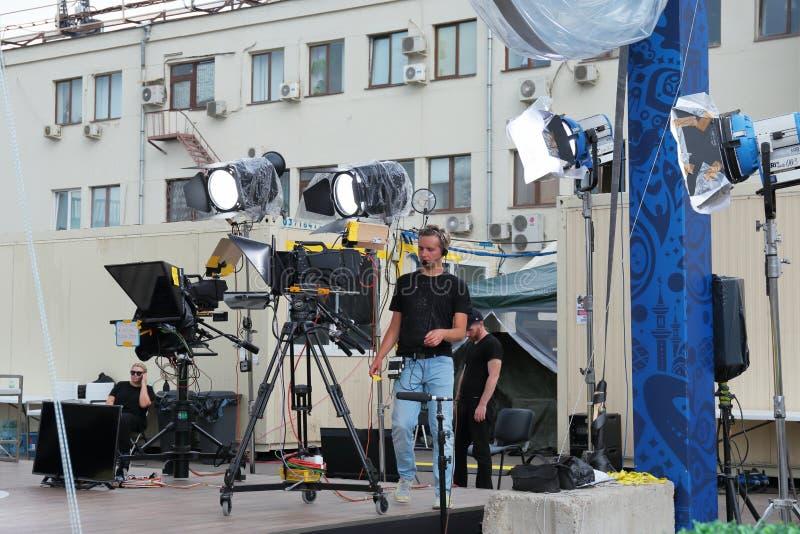 Het voorbereidingen treffen om voor het schieten van een overleg op televisie op een stadsstraat uit te zenden royalty-vrije stock fotografie