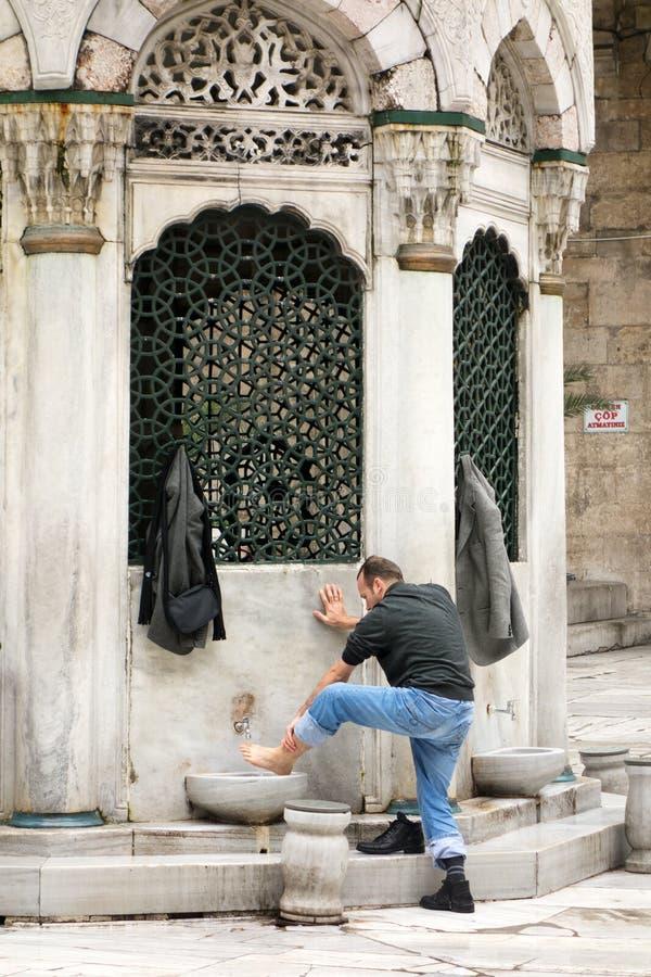 Het voorbereidingen treffen voor gebed in Istanboel royalty-vrije stock afbeelding