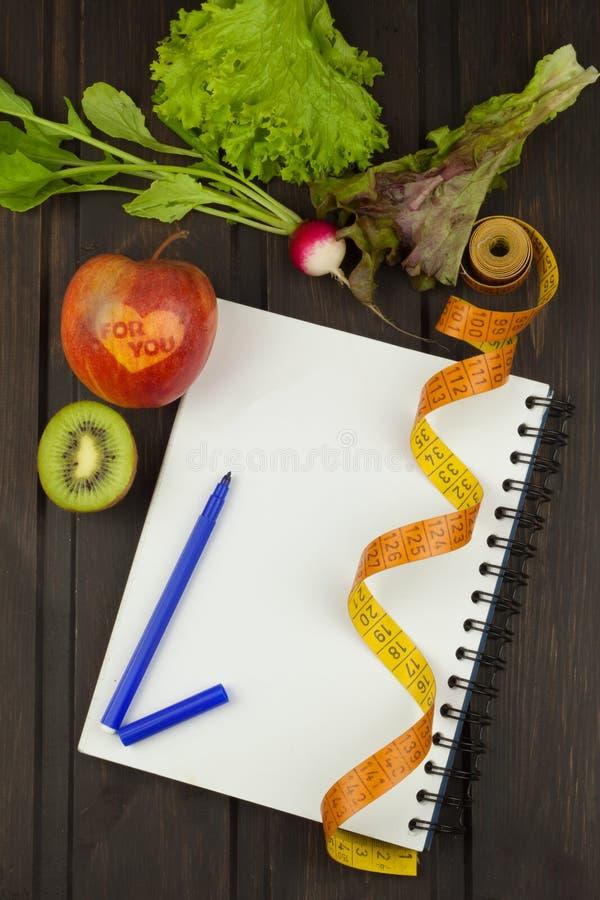 Het voorbereidingen treffen voor het dieetprogramma Het besluit om het op dieet zijn in werking te stellen Planning van dieet stock foto's