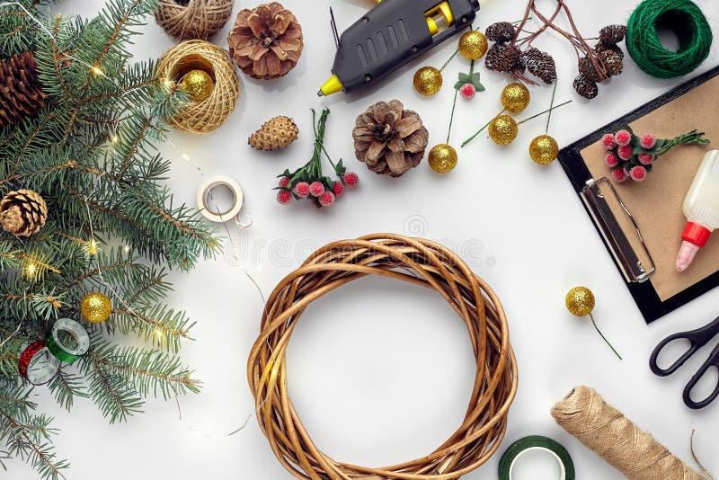 Het voorbereidingen treffen voor Kerstmis of Nieuwjaarvakantie Vlak-leg over van de takken van de bontboom, kronen, kabel, schaar stock afbeelding