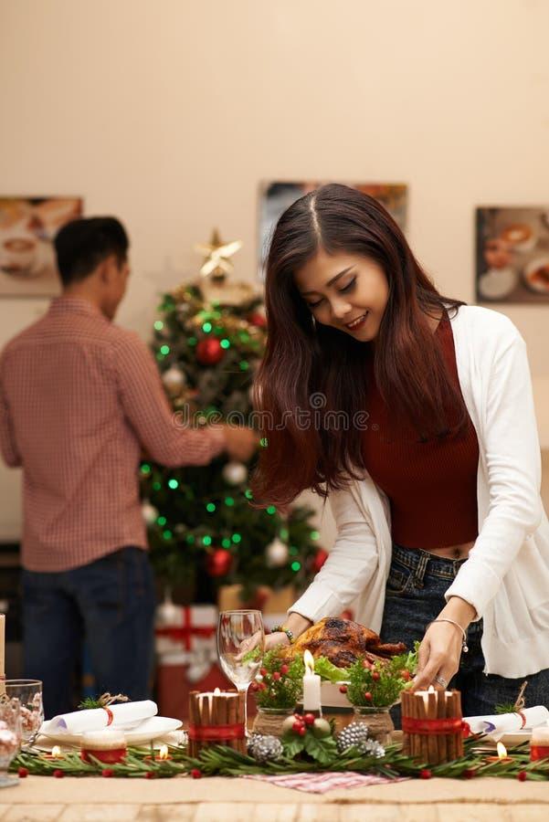 Het voorbereidingen treffen voor Kerstmisdiner stock afbeelding