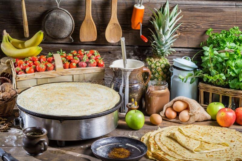 Het voorbereidingen treffen voor pannekoeken met fruit stock foto