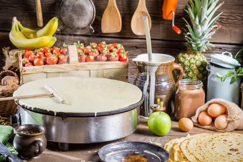 Het voorbereidingen treffen voor pannekoeken met fruit stock foto's