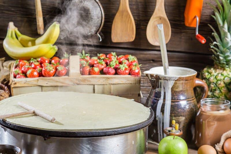 Het voorbereidingen treffen voor pannekoeken met fruit en chocolade royalty-vrije stock foto's