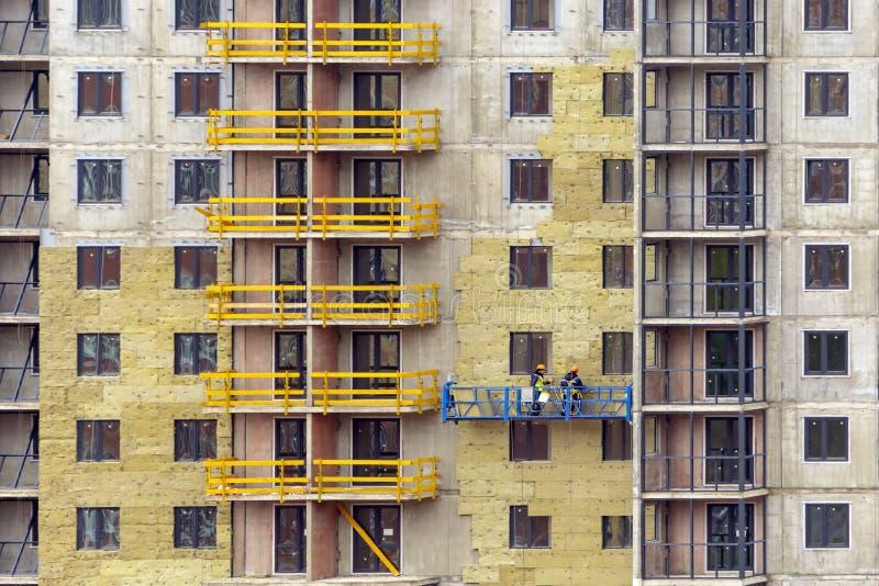 Het voorgevelwerk en isolatie van een gebouw met meerdere verdiepingen stock foto's