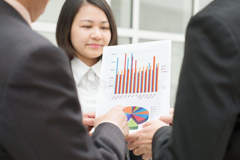 Het voorleggen van grafieken aan werkgever royalty-vrije stock fotografie