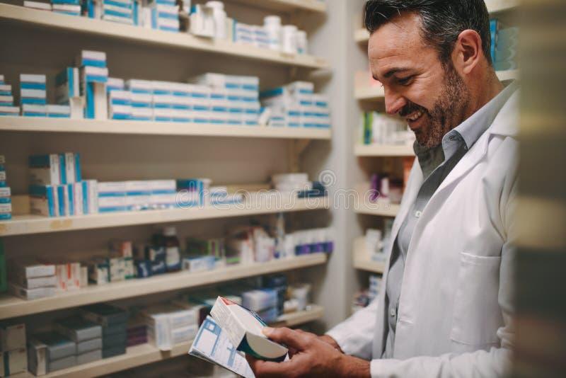 Het voorschrift van de apothekerholding en het controleren van geneeskunde in pharmac royalty-vrije stock foto